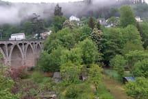 Vue sur le pont et les jardins du bas