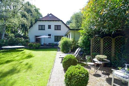 Villa with garden 20 km from Amsterdam - Laren - วิลล่า