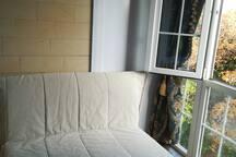 2-х спальный диван на балконе