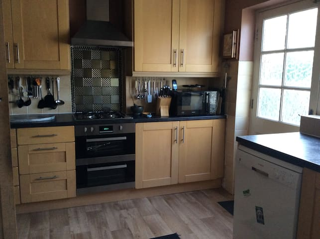 Double bedroom available in friendly, clean home - Horsforth - Casa