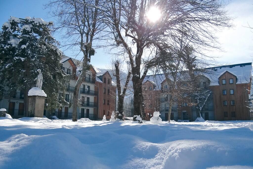 Le bâtiment en hiver (celui de gauche)
