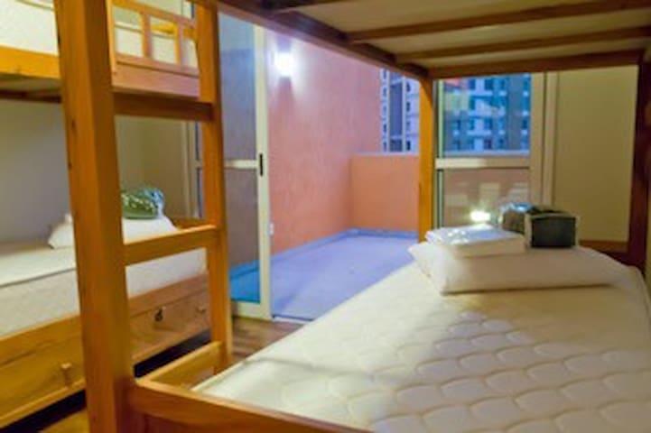 Cama em Dormitório Feminino com banheiro privativo