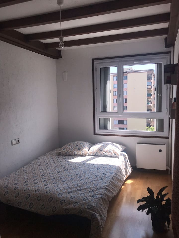Chambre séparée avec un grand placard mural à votre disposition