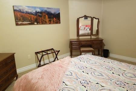 Summit Villa - 420 Friendly - Peach Room