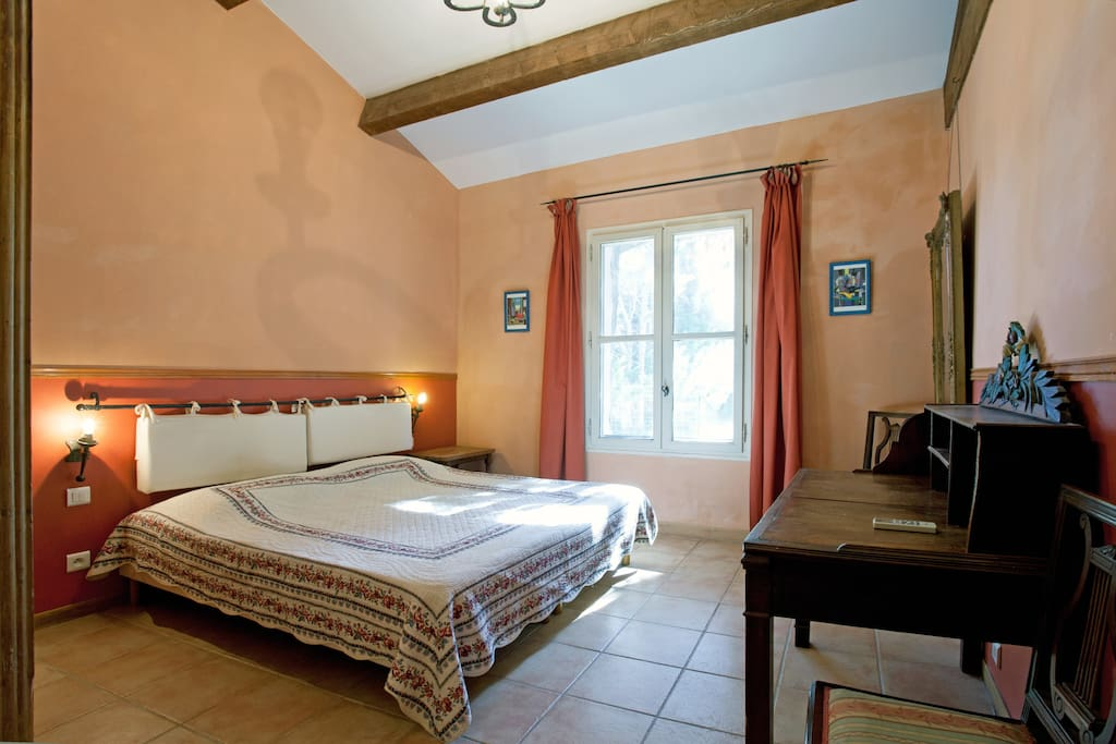 chambre nord avec salle de bain complète avec douche italienne
