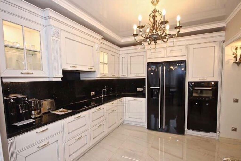 Кухня с посудомоечной машиной, в холодильнике ледогенератор, кофемашина, тостер, чайник, духовка, винный шкаф