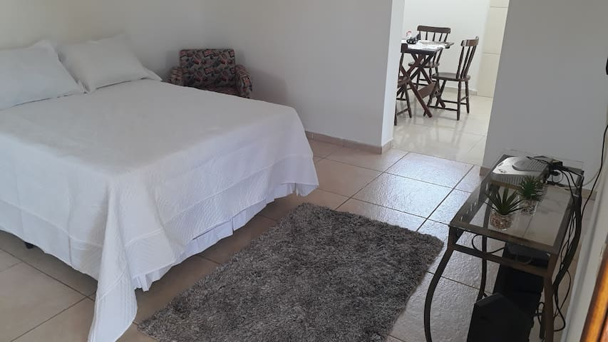 Quarto grande com cama box e  1 sofa cama  moveis novos  cômoda p roupas