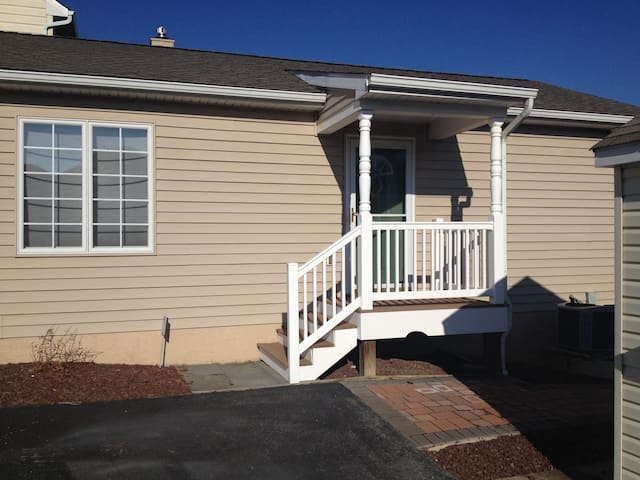 Independent one bed room fully furnish suite - West Chester - Hus