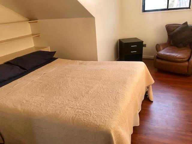 Habitación con cama queen, 2 huéspedes.
