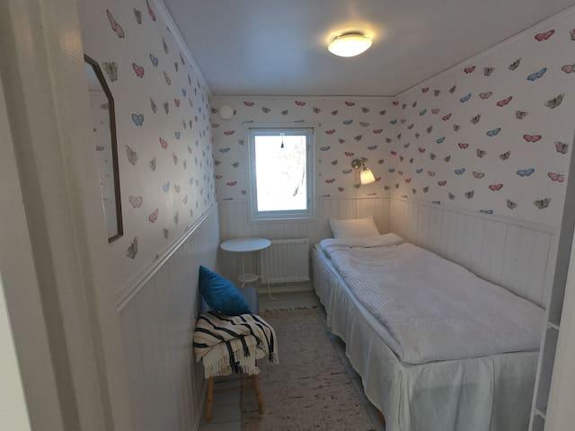 Sovrum 2 med resårsäng 90cm.