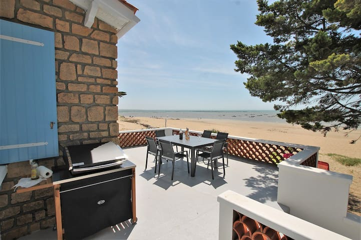 Villa Les Milouins - on the beach, in front of the ocean