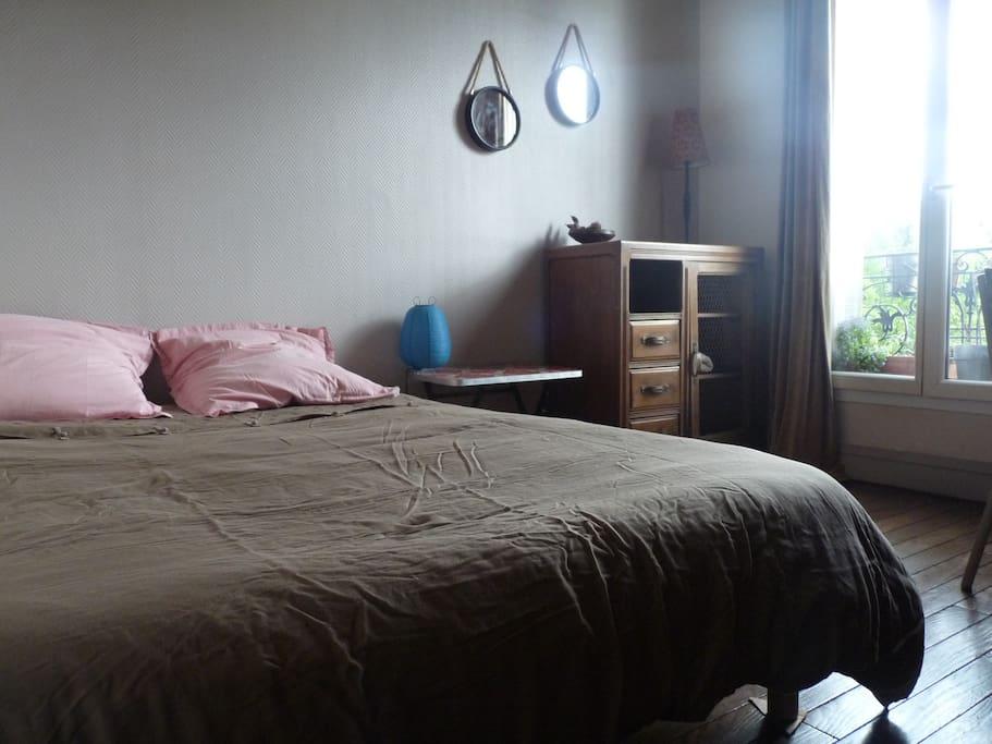 literie140x190 très bonne état,couette dodo, beau linge, meubles chinés, coin miroir
