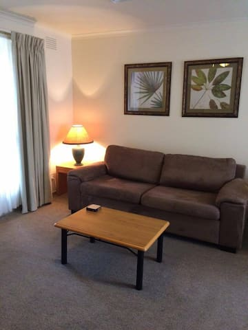 Quiet 2 bedroom apartment opposite Chadstone SC - Hughesdale - Lejlighed