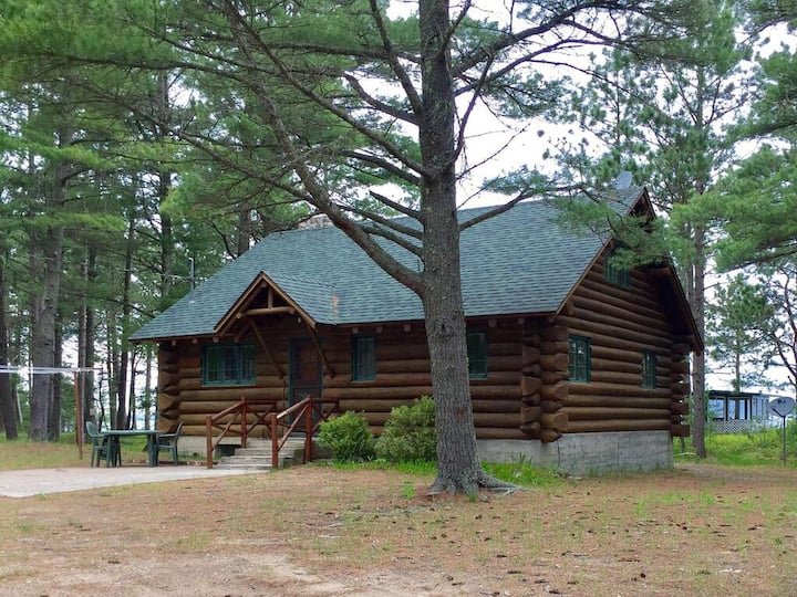 Log Cabin on the sandy beach of Lake Superior!
