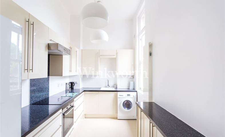 Lovely, modern, bright 2 bedroom flat with parking