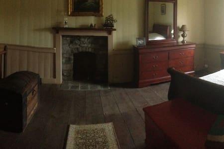 West Room: HistoricFarmOnBooneLake - Piney Flats - Casa