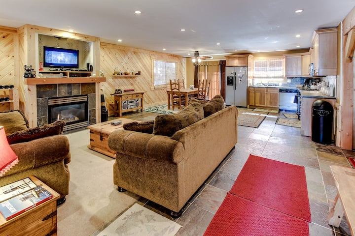 Cozy dog-friendly home w/ mountain views, a private hot tub & great amenities!