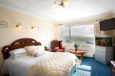 Watersedge - The Solent (Family Room - Barton on Sea - Bed & Breakfast