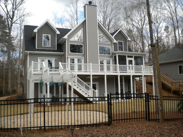 Beautiful Beach House next to Tugaloo State Park!