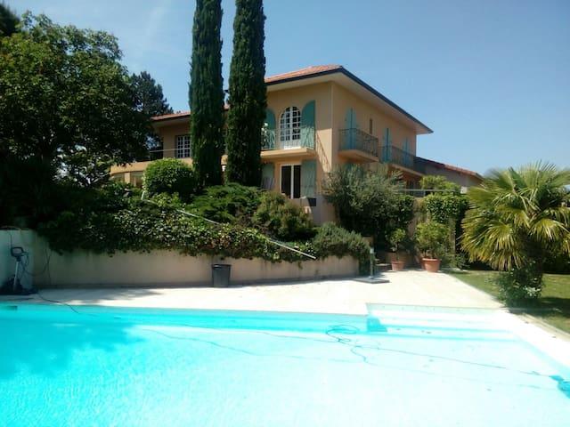 Chambres privées à 200m du Château La Gallée
