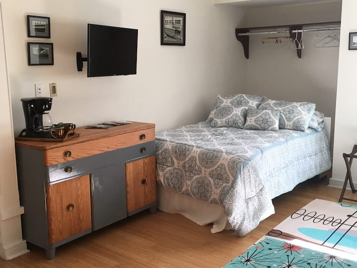 Downtown Asheville Studio Condo for 2 with Parking