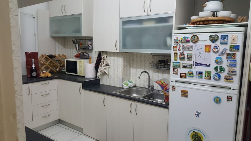 Piraeus modern flat with double bed & couch-bed. - Pireas - Departamento