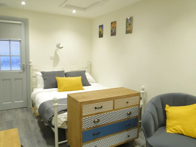BURY ST EDMUNDS Studio Suite with  Kingsize Bed.