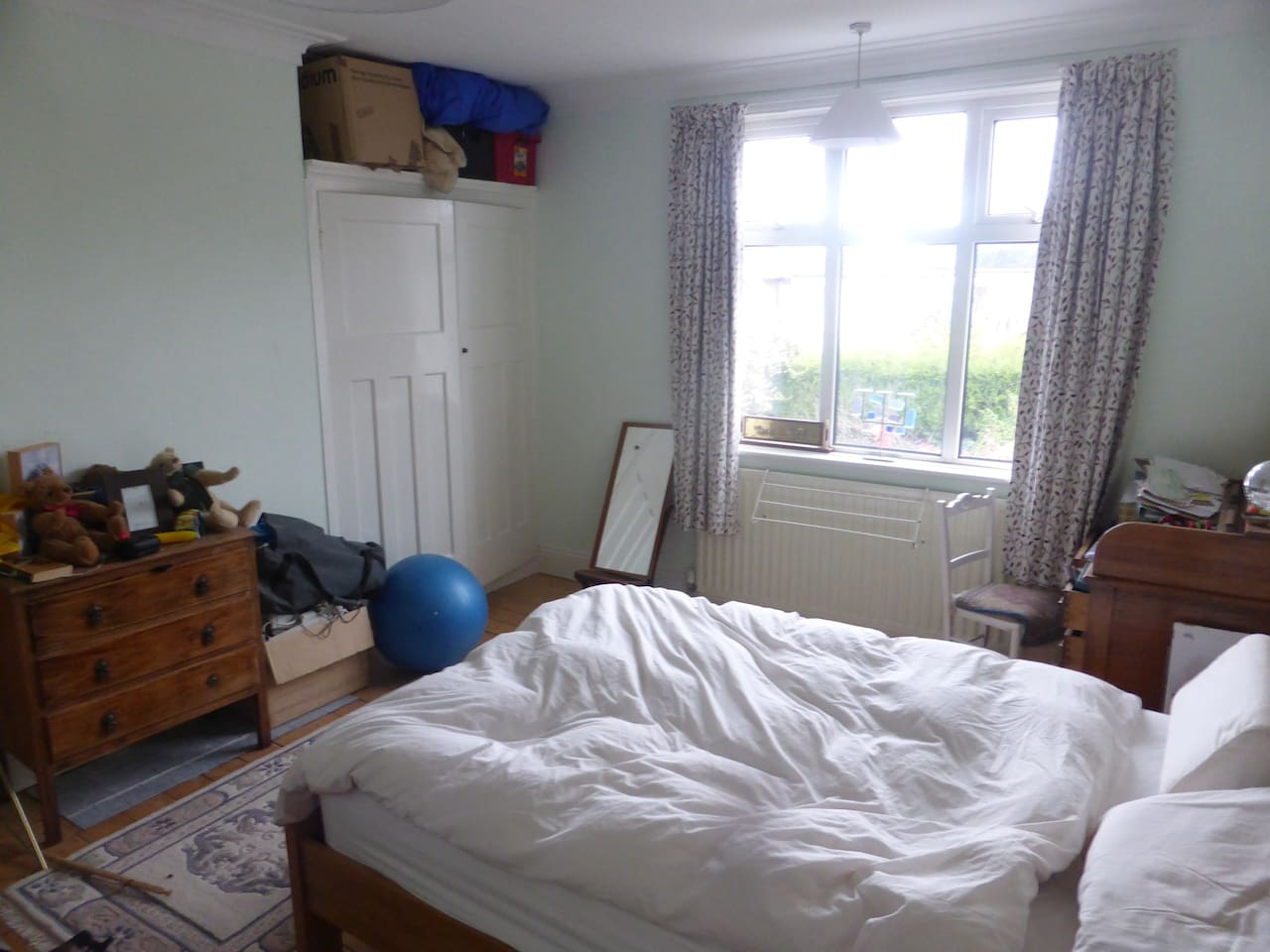 Your sunny room with garden view. New double bed