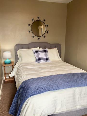 Queen  bed/bedroom