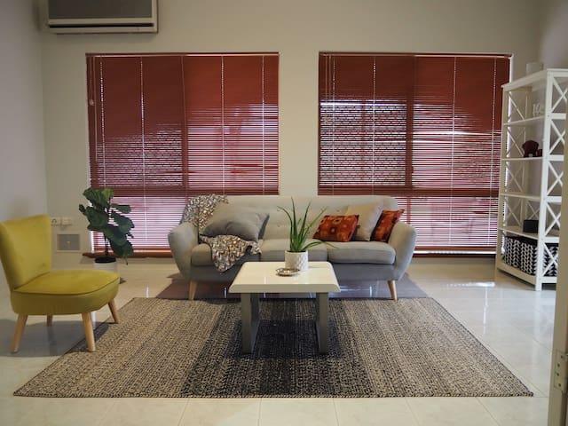 """Urban Delight""Spacious Family Home 5bedroom 2bath"