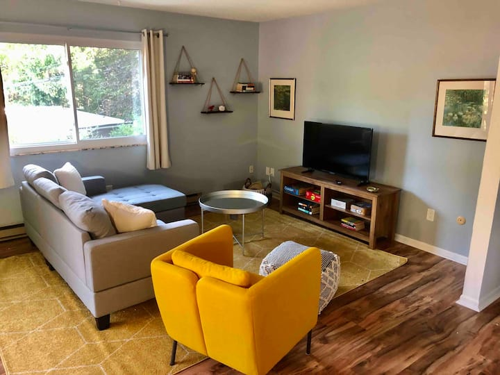 Peaceful Upper Level Apartment - 1 mi to downtown