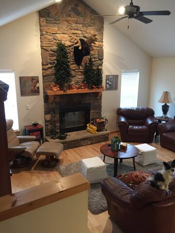 Roslyn/Ronald area cute condo with community pool.