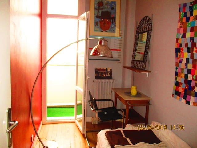 Chambre single avec accès privé sur balcon