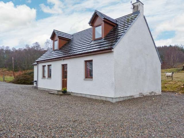 BALNABODACH, pet friendly, with a garden in Inverness, Ref 906764
