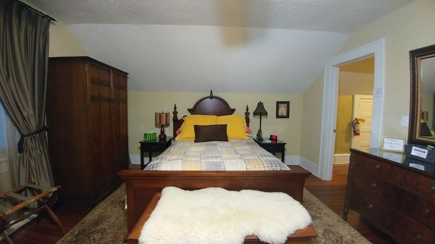 Riverside Charm private room & Bath