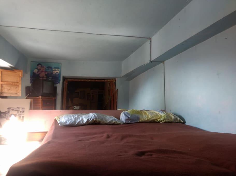 Excelente cuarto de espejos con cama matrimonial, Tv por cable y excelente iluminación.