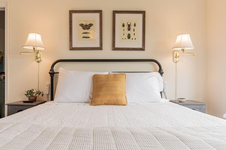 Queen bed in Jack and Jill bedrooms with kid's room bedroom access