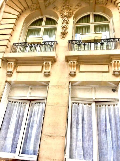 Fenêtre du studio donnant sur rue