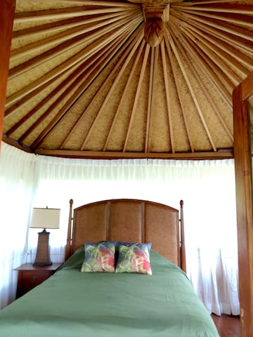 Hawaii vacation in comfort - Hawaii Lalala Oceanfront Bali Hut has a plush queen size bed with organic cotton sheets. Deeply relax to ocean waves and nature sounds.