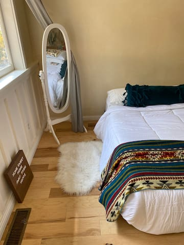 2nd bedroom w/ Queen bed