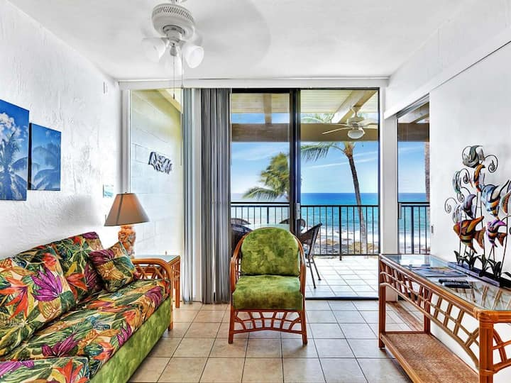 Bright oceanfront condo w/ Shared Hot Tub and Pool, Lanai, & Ocean Views!