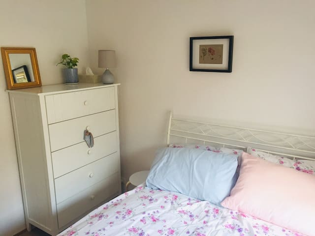 Quaint & bright private room - 10min from the city