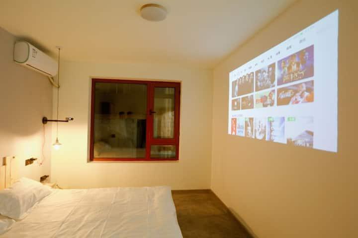 忆小院投影简约风格60平方整套公寓,位于县城中心华龙商场,羊汤一条街旁,(拎包客免费接站服务)