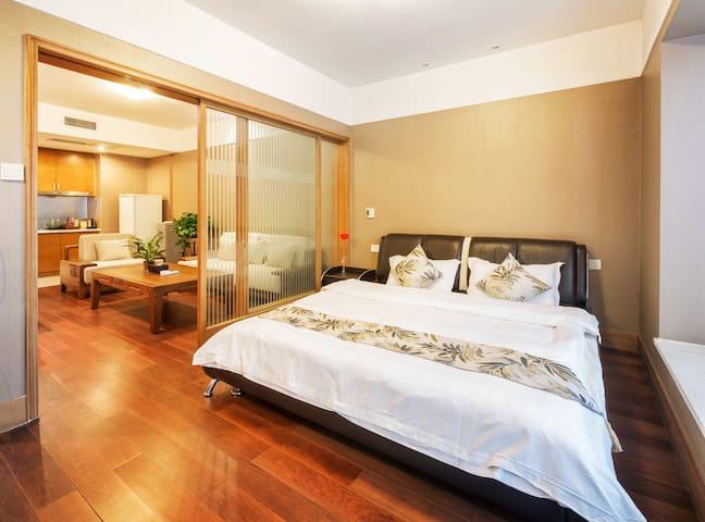 观音桥商圈希尔顿酒店旁,临九街、北城天街、香港城、星光68,步行10分钟可达地铁站-高级大床房