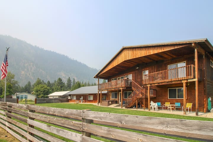 Upper floor w/ private deck, cute layout, & hot tub - golf & river access!