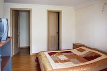 Level 1:Master bedroom with a king size bed, a bathroom and vestiario. It also has access to a balcony.