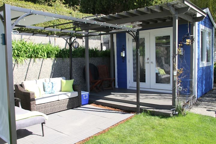 Guests have private pergola beside snug and covered roof above snug