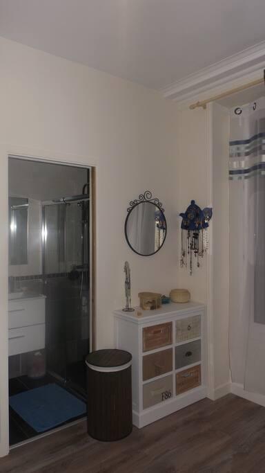 La salle de bains, en suite parentale, est équipée d'une grande douche à l'italienne
