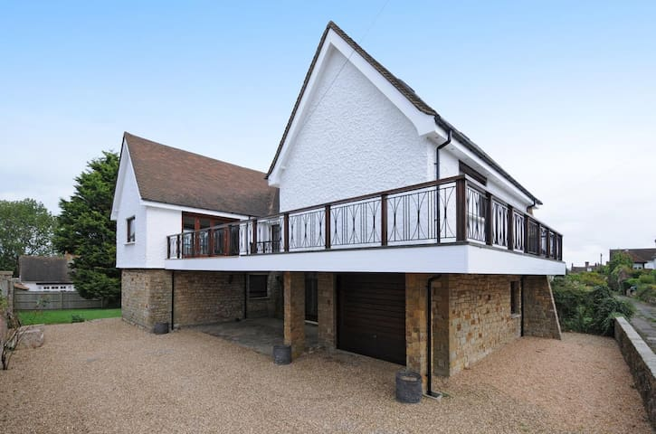 Stunning 1960's Designed House Winchelsea - East Sussex - Bed & Breakfast