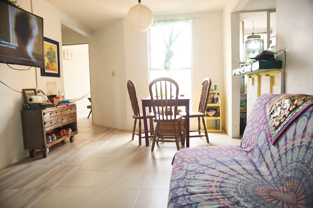 Die hellerleuchtete 55 m2 grosse 2-Zimmer Wohnung befindet sich im 5. Stockwerk mit wundervollem Panorama Ausblick über den Dächern des Zentrums mit direktem Blick zur Zocalos Kathedrale. Das Wohnviertel erfüllt das typische Mexican Flair mit Vorhof das von vielen kleinen familienfreundlichen Wohnungen umrundet wird. Die Wohnung selbst ist wie ein Loft geschnitten - mit offener Küche und Buffet, nebenan ein Balkon mit Waschküche und Waschmaschine. Wohn-und Schlafzimmer werden durch einen breiteren Balken räumlich getrennt. Zum draussen sitzen und Aussicht geniessen kann der Eingangsbereich als Balkon genutzt werden. Zusätzlich gibt es noch einen kleineren Raum, der als Büro oder Schlafmöglichkeit genutzt werden kann, sowie ein Bad mit Warmwasser-Dusche. Die Wohnung wird teilmöbliert mit Waschmaschine, Kühlschrank,  Internet inklusive.